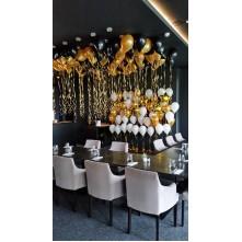 Foto sienelė ir 100 balionų prie lubų